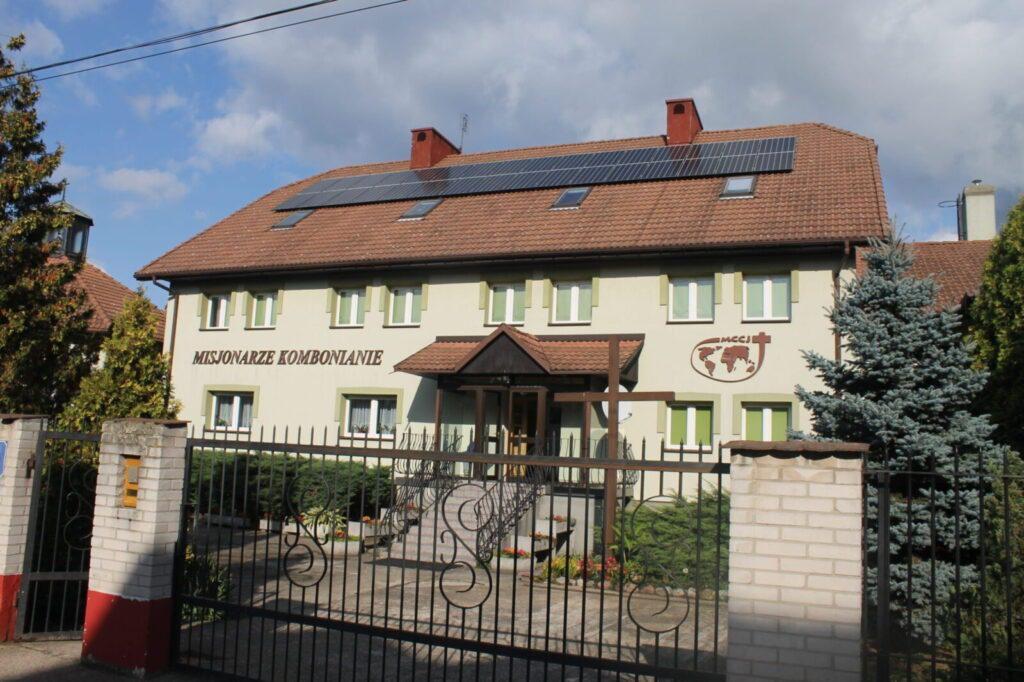 Dom z dużą instalacją fotowoltaiczną